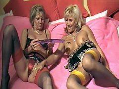 Lesbensex mit Riesendoppeldildo
